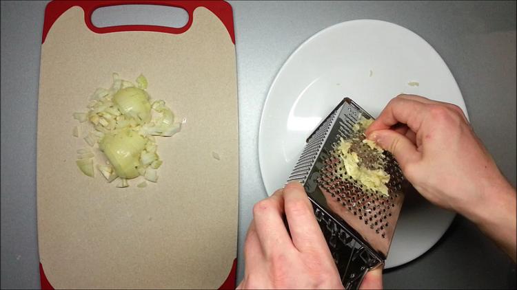 krájení cibule a česneku