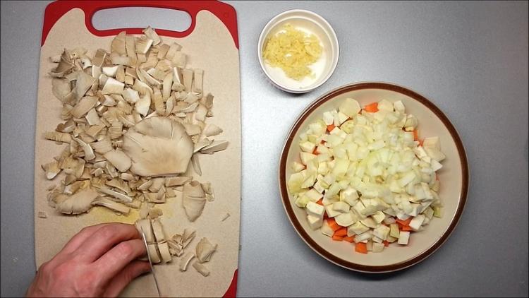 krájená zelenina a houby